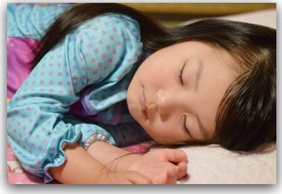 ムーシールドを外して寝る子供