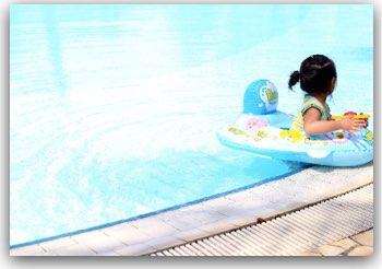 子供のプールでの日焼け